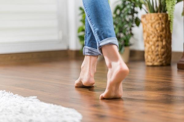 Marcher pieds nus chez soi