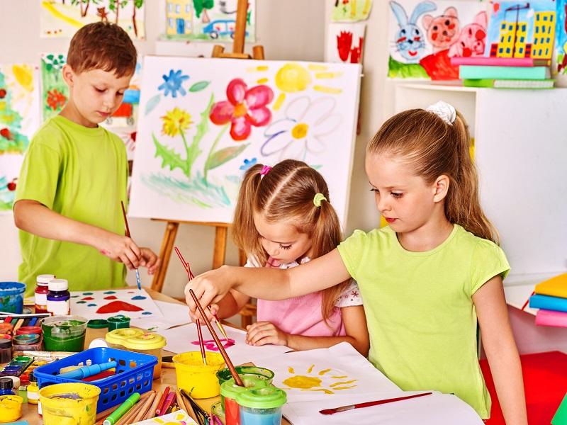 Enfants faisant des travaux manuels