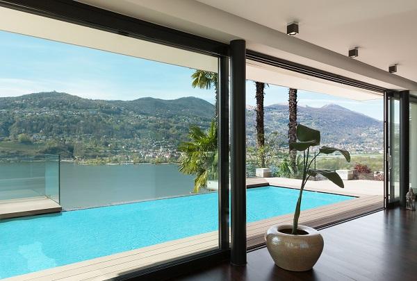 Baie à galandage vue sur piscine et terrasse extérieures