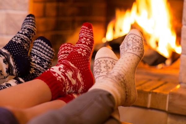 Se chauffer au coin du feu en hiver