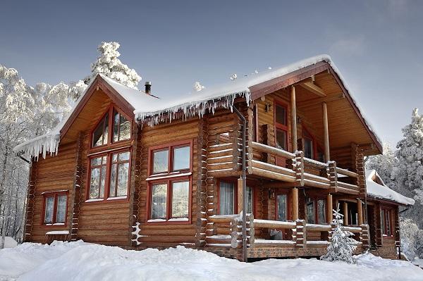 Chalet en bois sous la neige en hiver