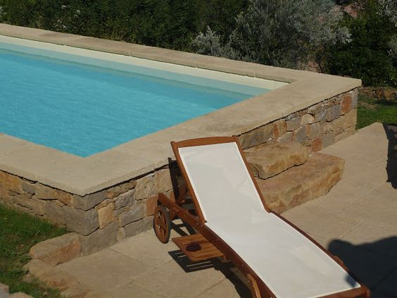 Piscine semi enterr e le bon compromis bienchezmoi for Kit piscine beton semi enterree