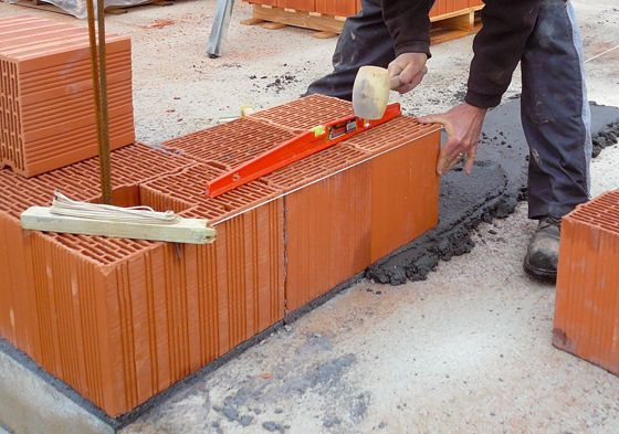 Elévation d'un mur en briques monomurs