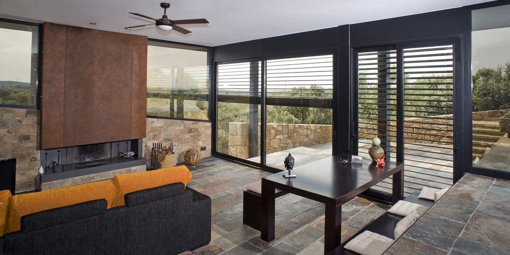 brise soleil dans un salon d'une villa ultra-contemporaine