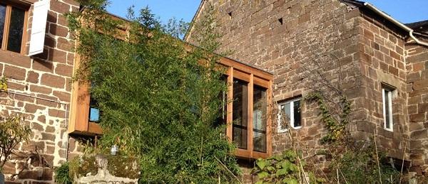 Extension bois reliant deux bâtiments