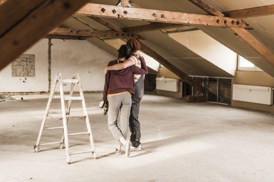 Isoler les combles jeune couple