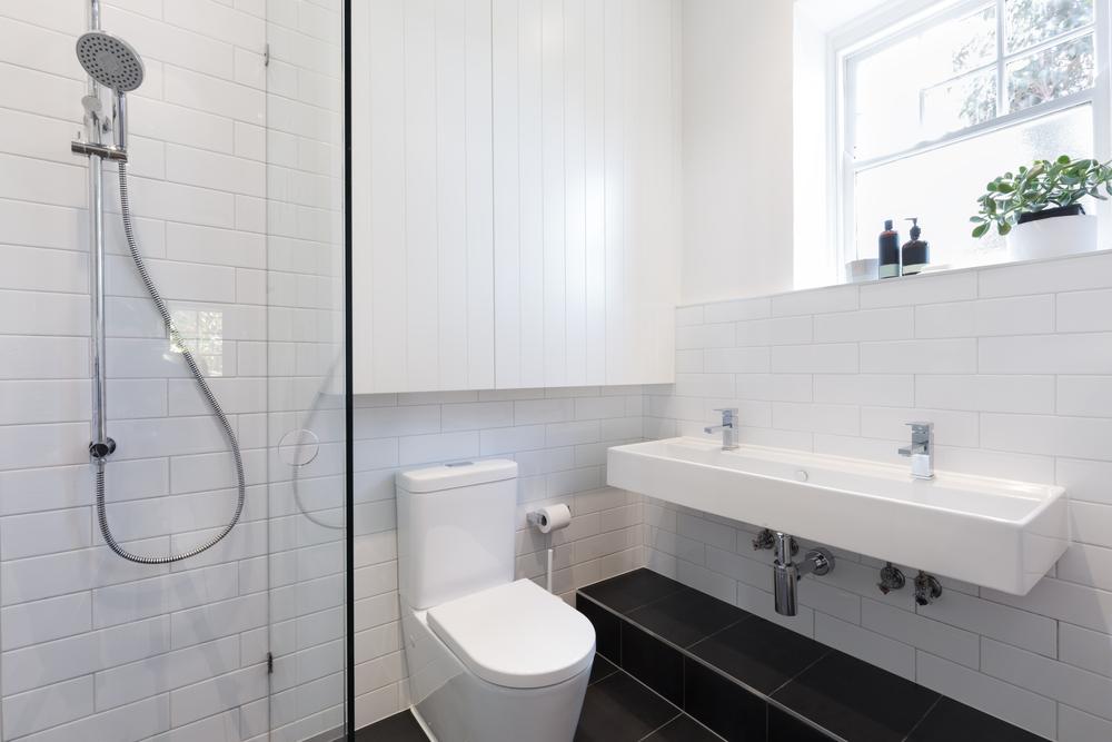 pour ne pas faire hpital contrebalancez la blancheur immacule des murs avec un parquet ou un carrelage fonc un sol en carreaux de ciment sera