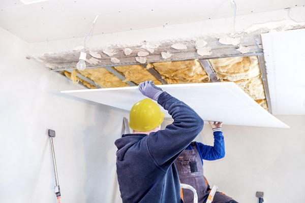 Pose de plaques de plâtre pour terminer l'isolation d'un plafond